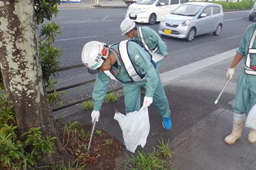道路美化活動の一環で、戸次10号線沿いのゴミ拾いを行いました。